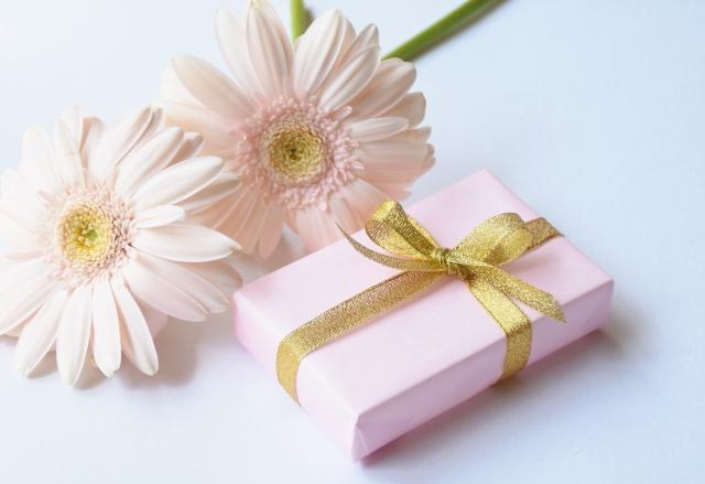 白い花とプレゼント
