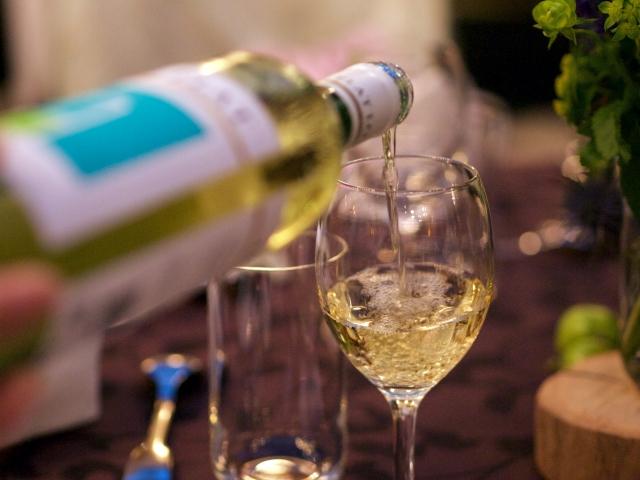 注がれる白ワイン