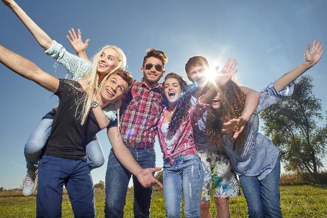 青空の下で集まる若者たち