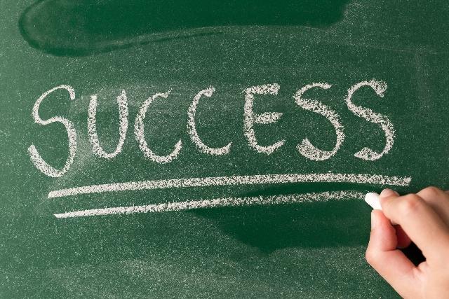 チョークで書かれた「SUCCESS」の文字