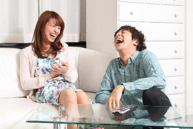 大爆笑するカップル