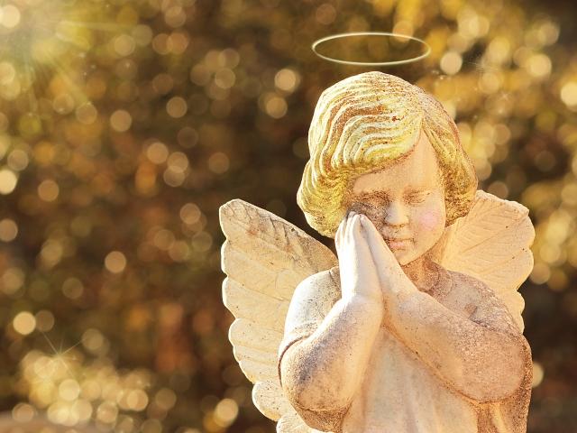 黄金の光を浴びた天使の祈り
