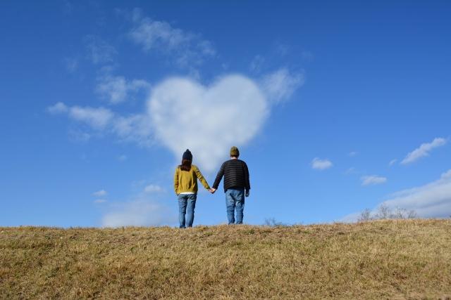 ハート雲を見る夫婦