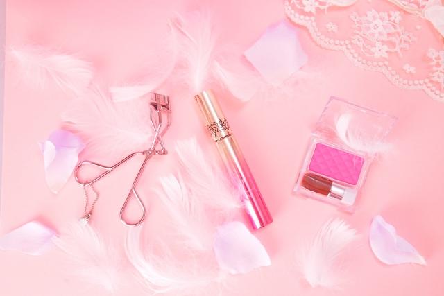 ピンクのメイク道具