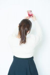 自撮り写真を彼氏に送り話題を作る女性