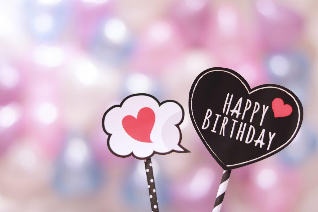『ハート』と『HAPPY BIRTHDAY』のフォトプロップス