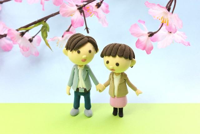 お花見デートするカップル
