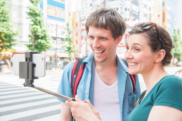 街で自撮りするカップル