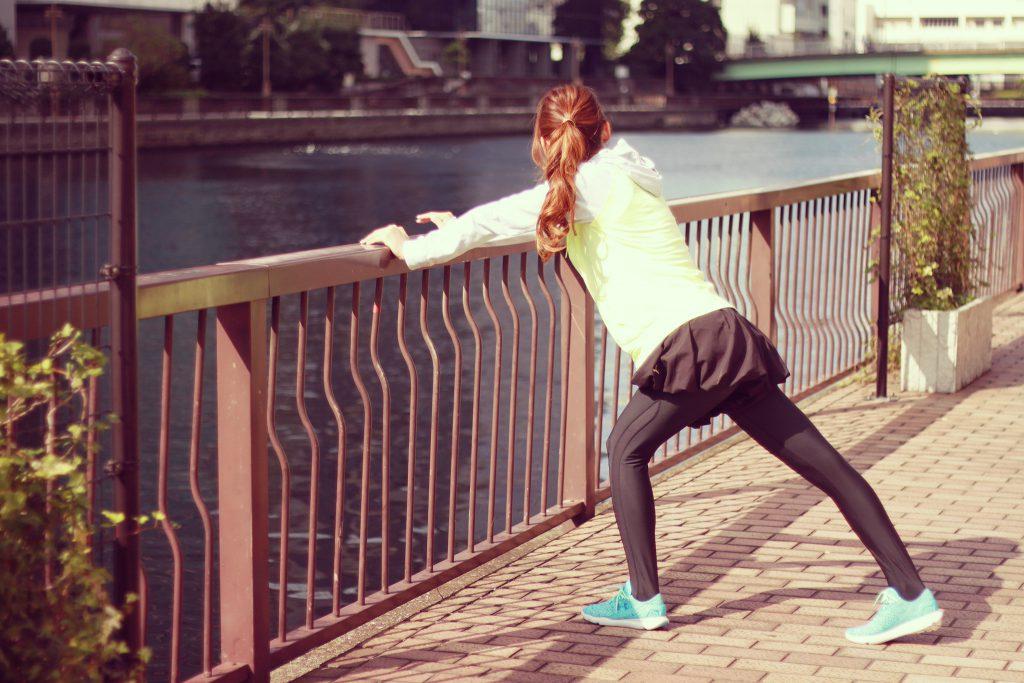 走る前の準備体操をする女の子