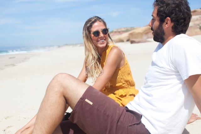 砂浜で話すカップル