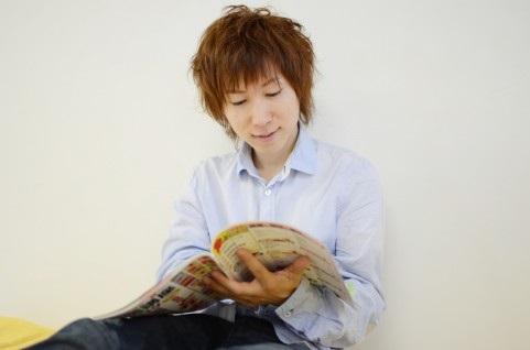 独りで雑誌を読む男性