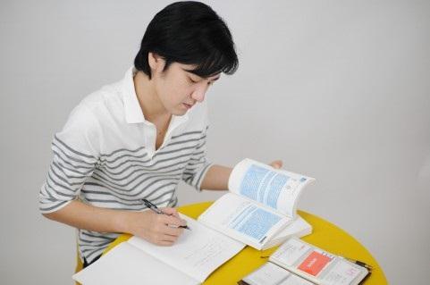 週末に業務の勉強をする男性