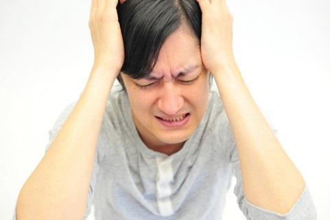 苦悩を抱える男性