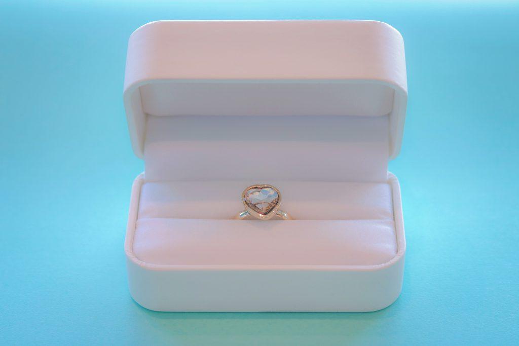 白いケースに入ったハートの指輪の贈り物