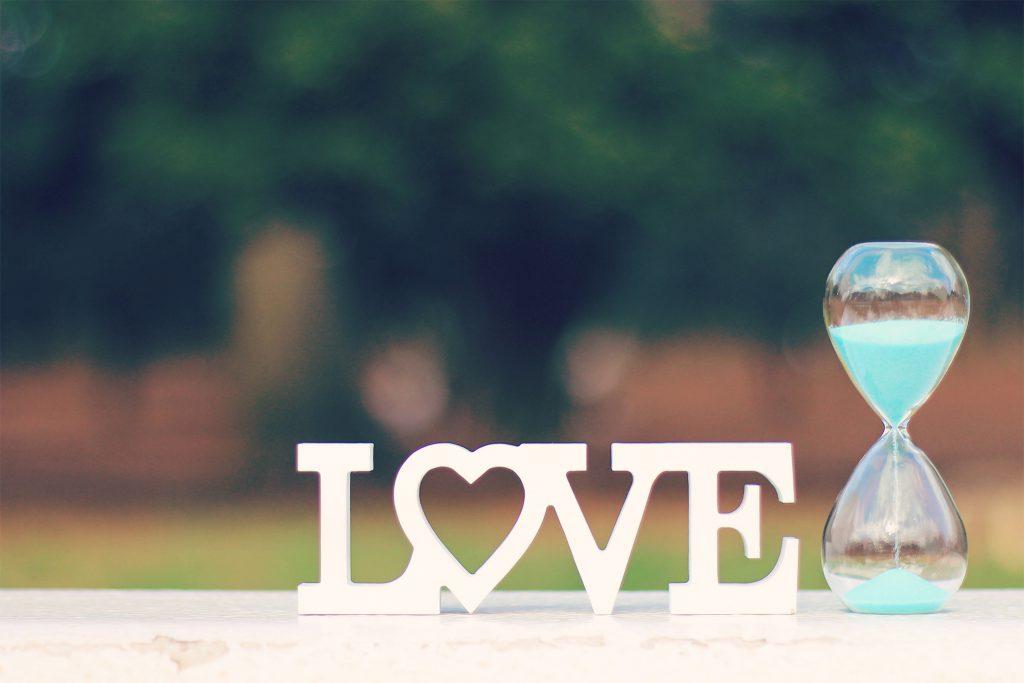 『期間限定の愛』とでも言いたげなLOVEと砂時計
