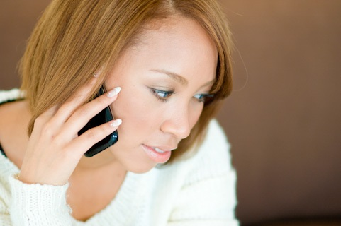 遠距離恋愛の彼氏と電話する女性