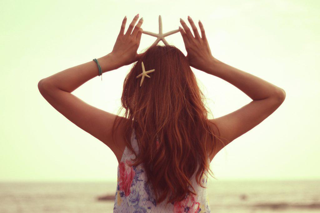 海にいるスターフィッシュな女の子