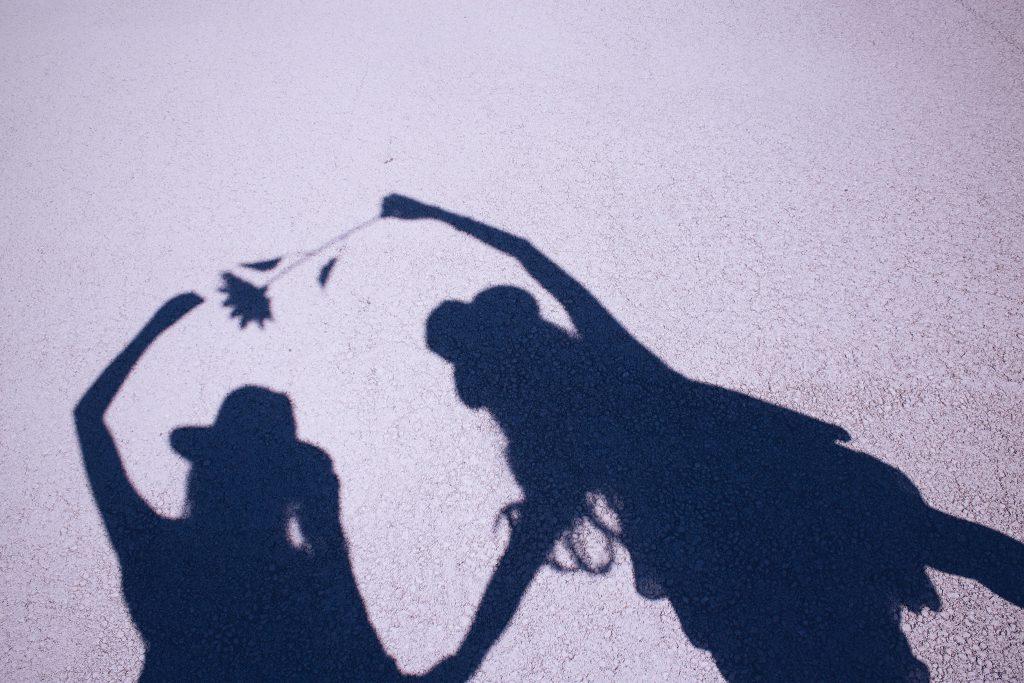 影で遊ぶ女の子たち