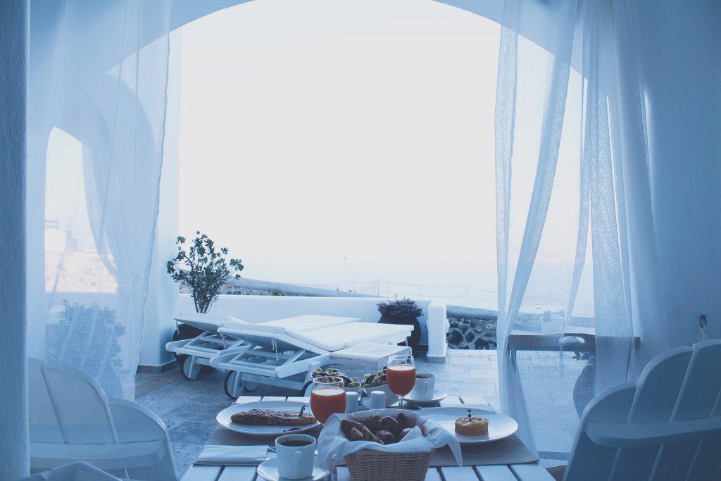 海辺にある真っ白なカフェでの最高の朝食