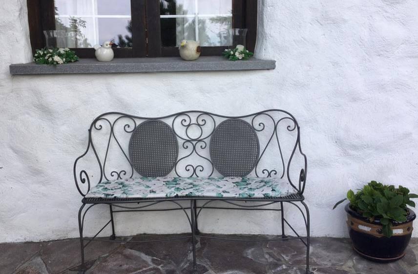 家の外にあるおしゃれなベンチ