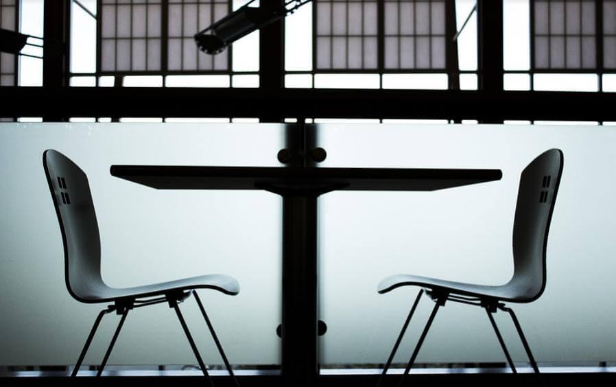 部屋の中にある向かい合った椅子