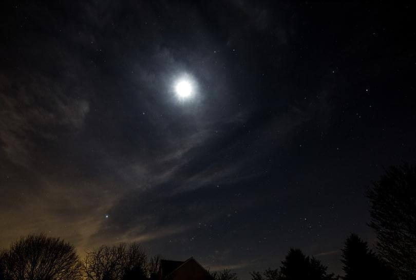 暗闇の中で煌々と光る満月