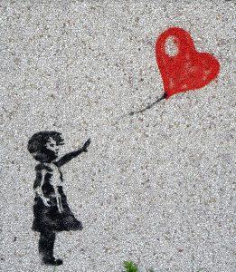 子供の手から離れた赤い風船