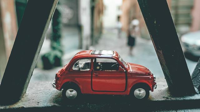 窓際に置かれた赤のミニカー