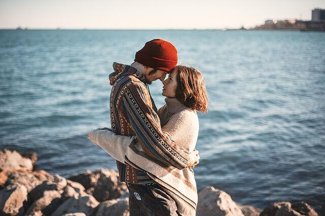 海辺で抱擁するカップル