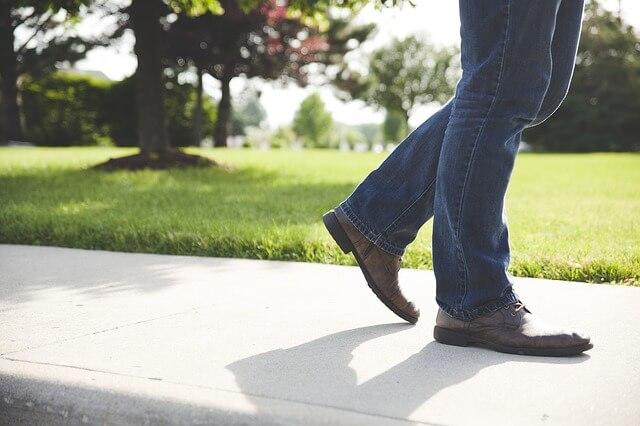 ジーンズを着て歩く男性