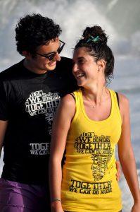 海辺を笑顔で歩くカップル