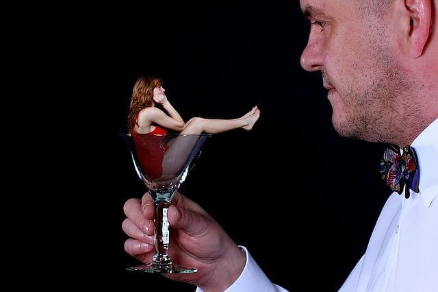 グラスに入った女性のモンタージュ