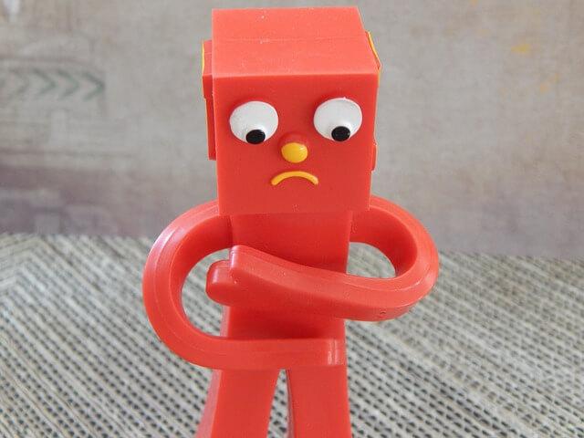 お腹を押さえる赤いロボット