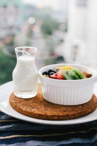 ミルクとフルーツがのった朝食