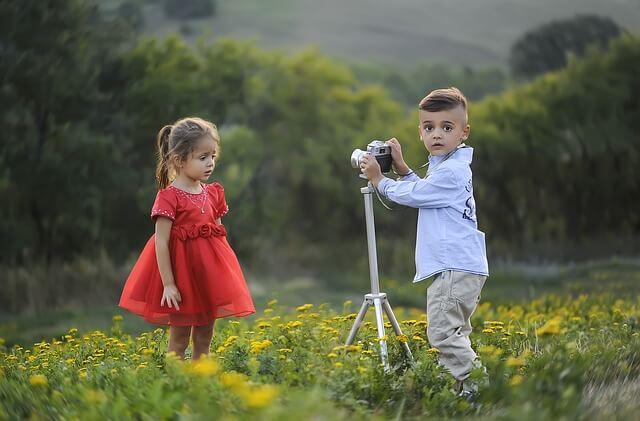 女の子を撮影しようとする男の子
