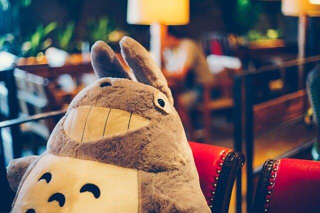 カフェの席に座るクマのぬいぐるみ