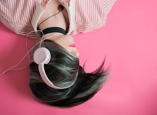 ヘッドフォンで音楽を聞く女性