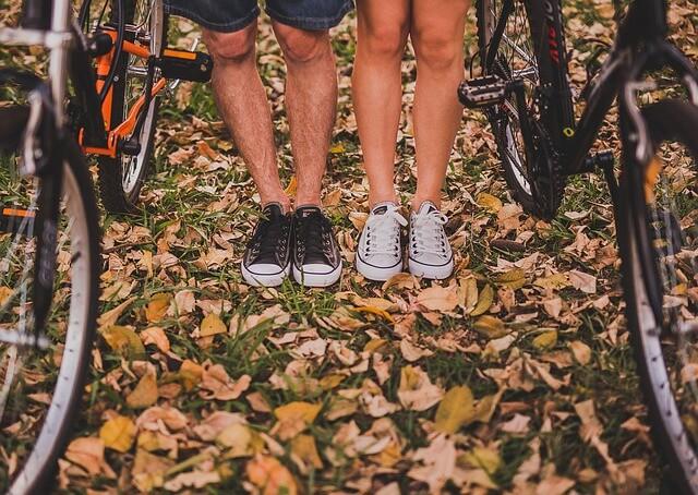 自転車に座る二人の足