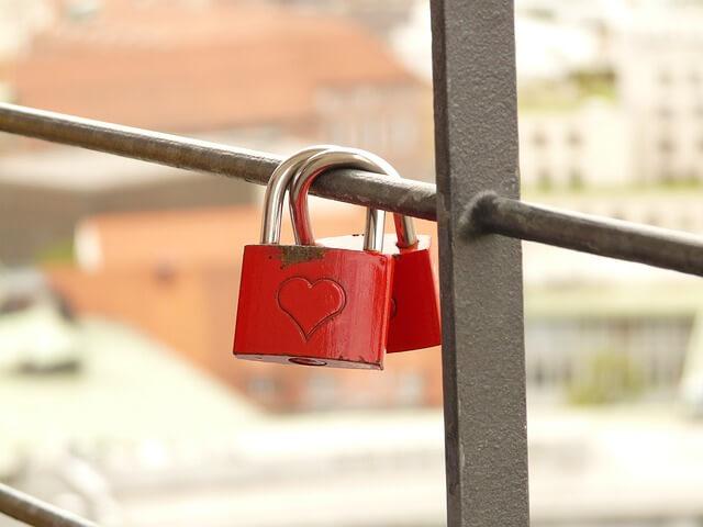 愛のシンボルであるハート型の南京錠