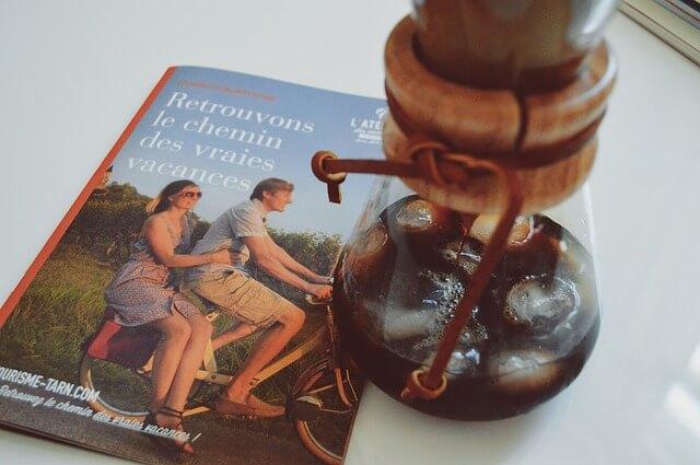 本とコーヒーの入ったグラス
