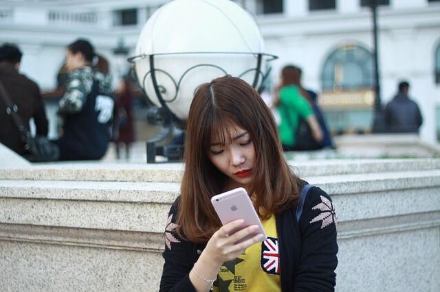 アイフォンを見る女性