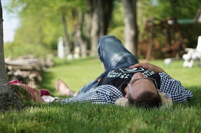仰向けでリラックスする男性