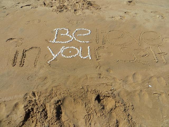 ビーチの砂浜に書かれた「リラックス」の文字