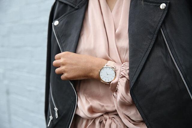 ピンクのジャケットと腕時計