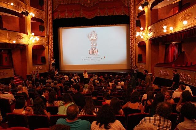 開演前の騒々しい映画館