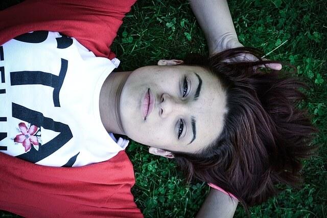 リラックスして空を見上げる女性