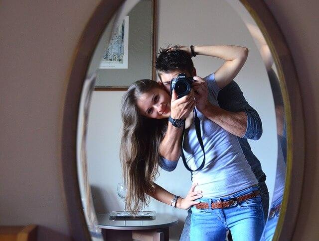 室内で写真を撮って楽しむカップル
