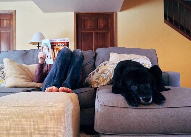 家でリラックスする女性