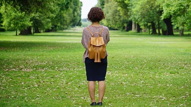 一人で森を歩く女性
