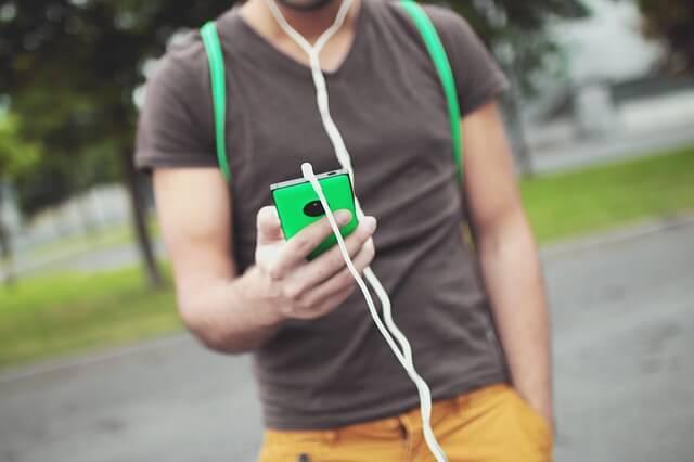 スマホで音楽を聞く男性